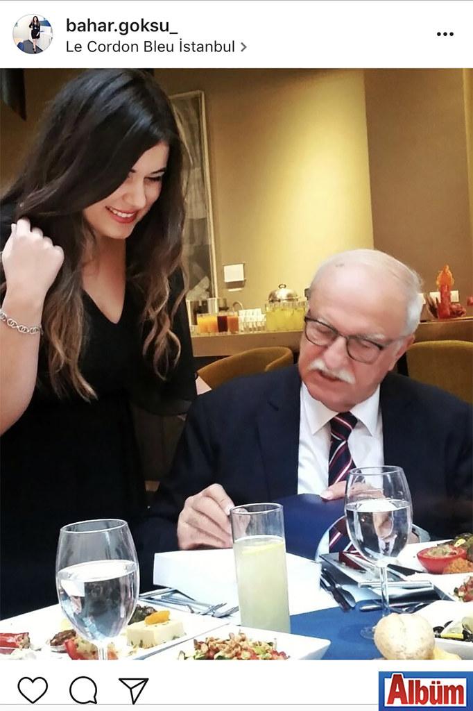 """Alanya Fibabanka çalışanlarından Bahar Göksu, Türkiye'nin ünlü iş adamlarından Hüsnü Özyeğin'e """"Bir dünya kurmak"""" adlı kitabı imzalatırken."""