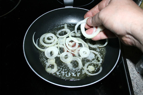15 - Zwiebelringe in Pfanne geben / Put onion rings in pan