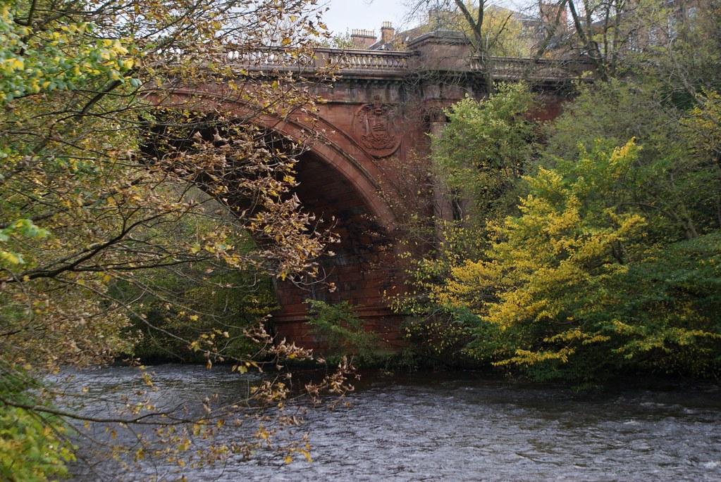 L'automne sur les berges de la rivière Kalvin à Glasgow.