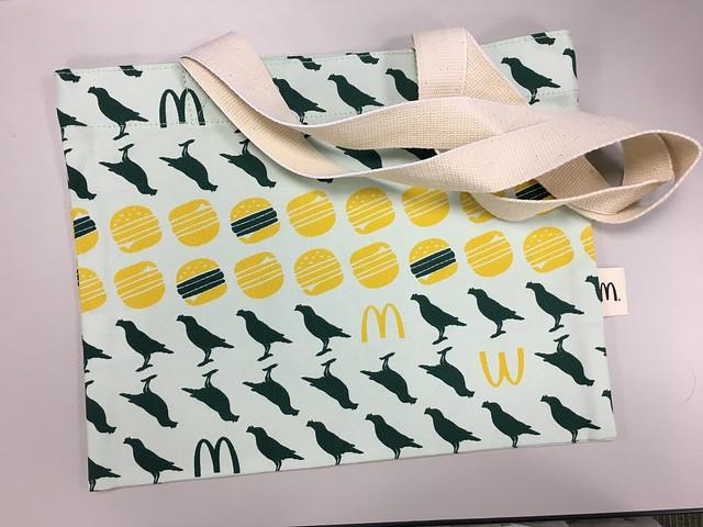 攤平的樣子,把它打開使用底部是可以撐開成三角型的袋體@印花樂X麥當勞花漾包