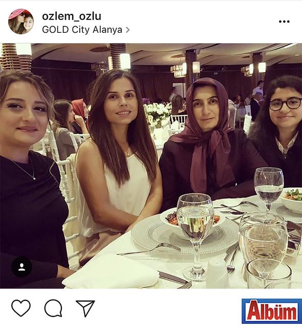 Özlem Özlü, Gold City Hotel'de düzenlenen düğün töreninden dostlarıyla bu fotoğrafı paylaştı.