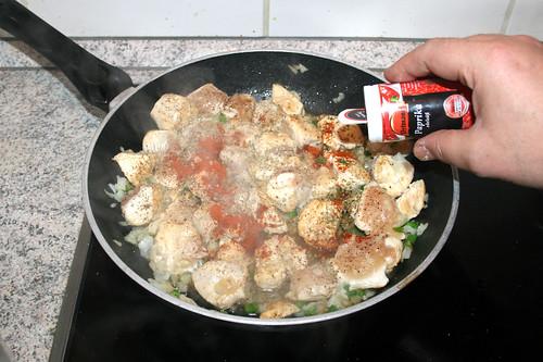 25 - Hähnchenbrustwürfel mit Gewürzen abschmecken / Taste with seasonings