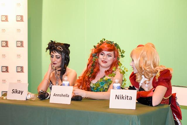 Sikay, Annshella y Nikita hicieron de jurado en el concurso de cosplay.