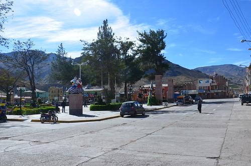 Breite Straßen umgeben den Stadtplatz von Chivay. Eine Statue stellt ein Wititi Paar dar.