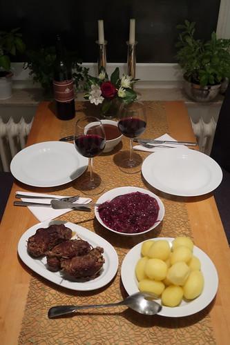 Pferdefleischrouladen mit Salzkartoffeln und Rotkohl (Tischbild)