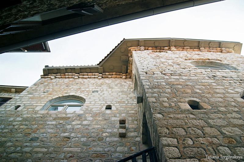 Здание в верхней части Старого города