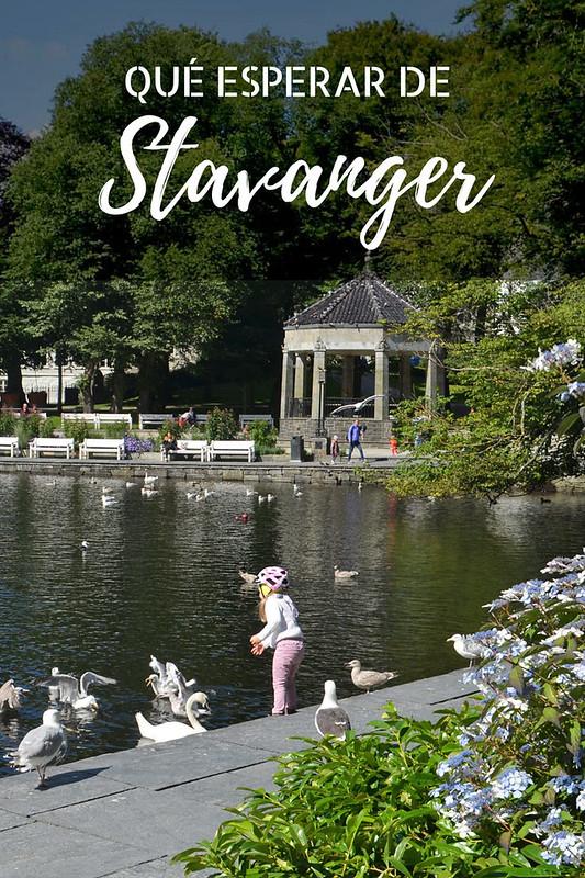 Que ver en Stavanger: una niña juega en el céntrico parque de Breiavatnet durante un día de agosto