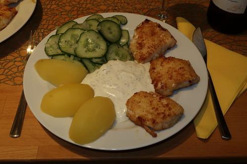 Steinbeißerfilet mit Joghurt-Dip, Salzkartoffeln und Gurkensalat