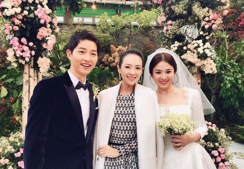 Aktris Tiongkok, Zhang Ziyi (tengah) menghadiri upacara pernikahan Song Joong-ki dan Song Hye-kyo, Selasa (31/10/2017).