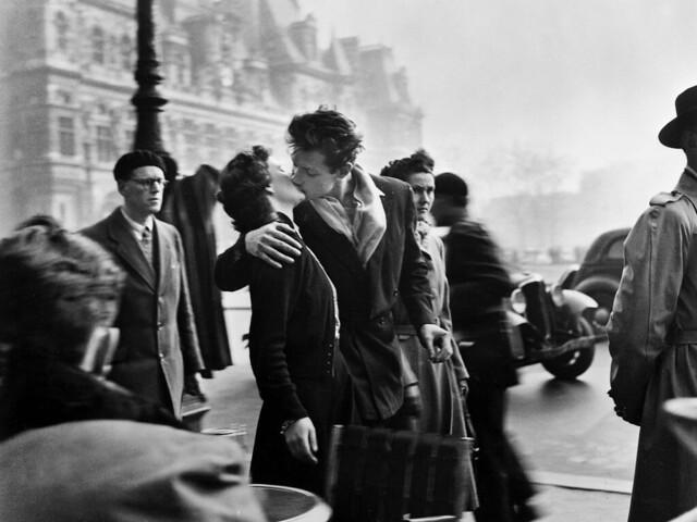 robert-doisneau-bacio-davanti-allhotel-de-ville-full