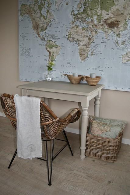 Wereldkaart slaapkamer tafeltje mand