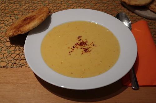 Scharfe Maissuppe mit Fladenbroten