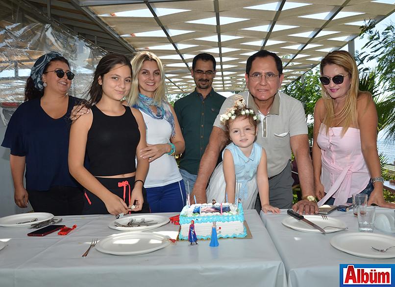 Çevikel ailesi minik Sedef'in doğum gününde Alpay çiftiyle bol bol hatıra fotoğrafı çektirdi.