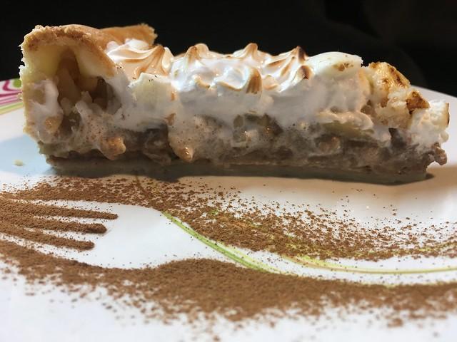 Corte de tarta de canela y manzana