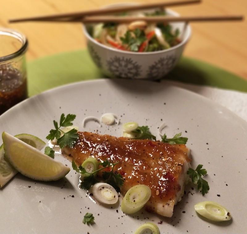 Grillfisch mit asiatischer Chilimarmelade und Glasnudelsalat