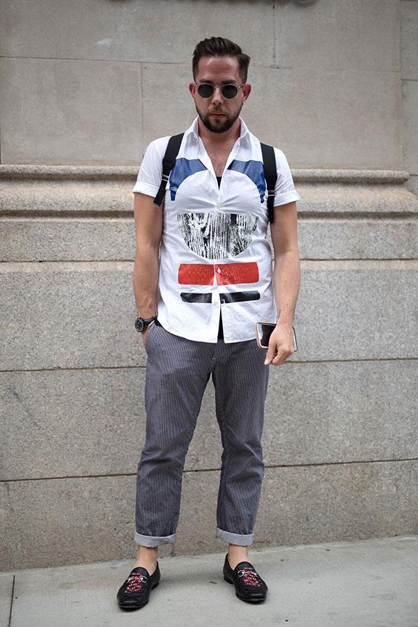 白系半袖グラフィック柄シャツ×ストライプパンツ×黒ビットモカシン