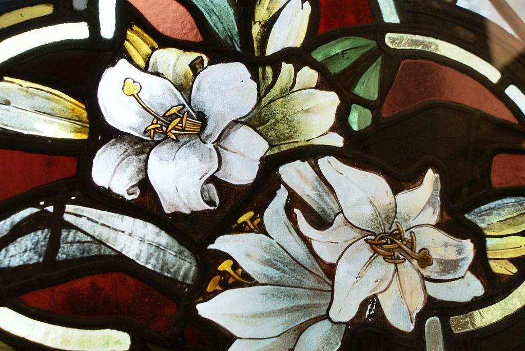 Fragment de vitraux fleuris dans le musée des religions de Glasgow.