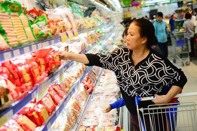 Nhiều sản phẩm hàng Việt trên kệ đang bị người tiêu dùng chê về mẫu mã, bao bì. Ảnh: Quang Định.