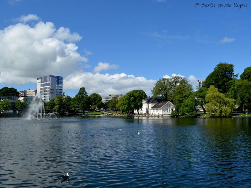 Vista del lago Breiavatnet en un día de verano