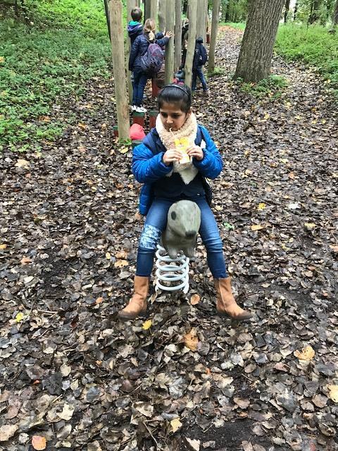 1ste en 2de leerjaar Windekind naar het bos.