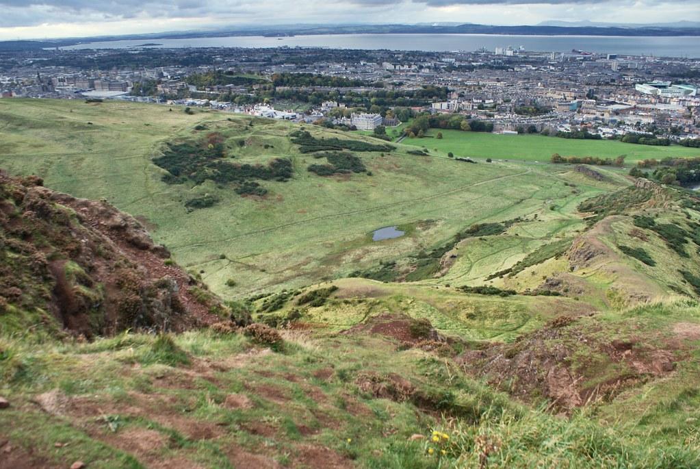 Vue sur Edimbourg depuis le volcan d'Arthur's seat à Edimbourg.