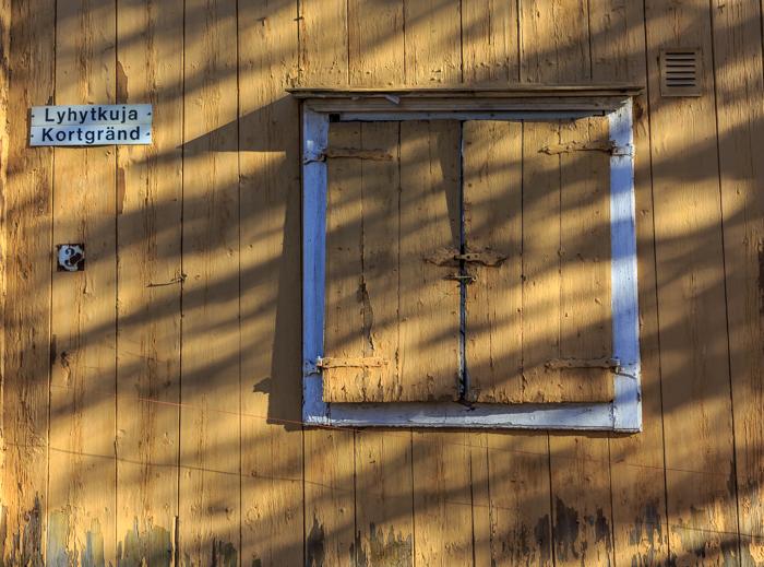 Loviisa vanha puutalo lyhytkuja vanha puuikkuna (1 of 1)