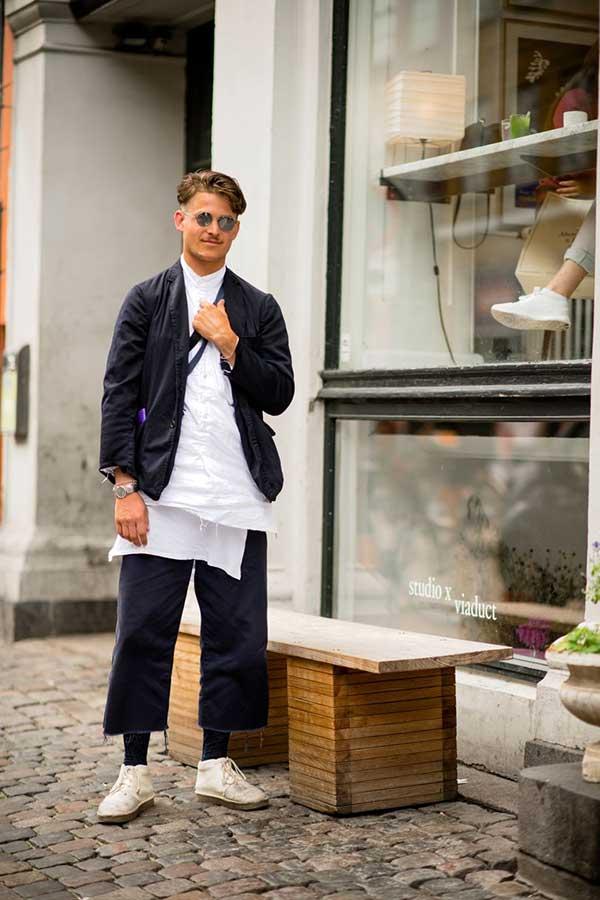 黒ジャケット×白シャツ×黒カットオフクロップドパンツ×白チャッカブーツ