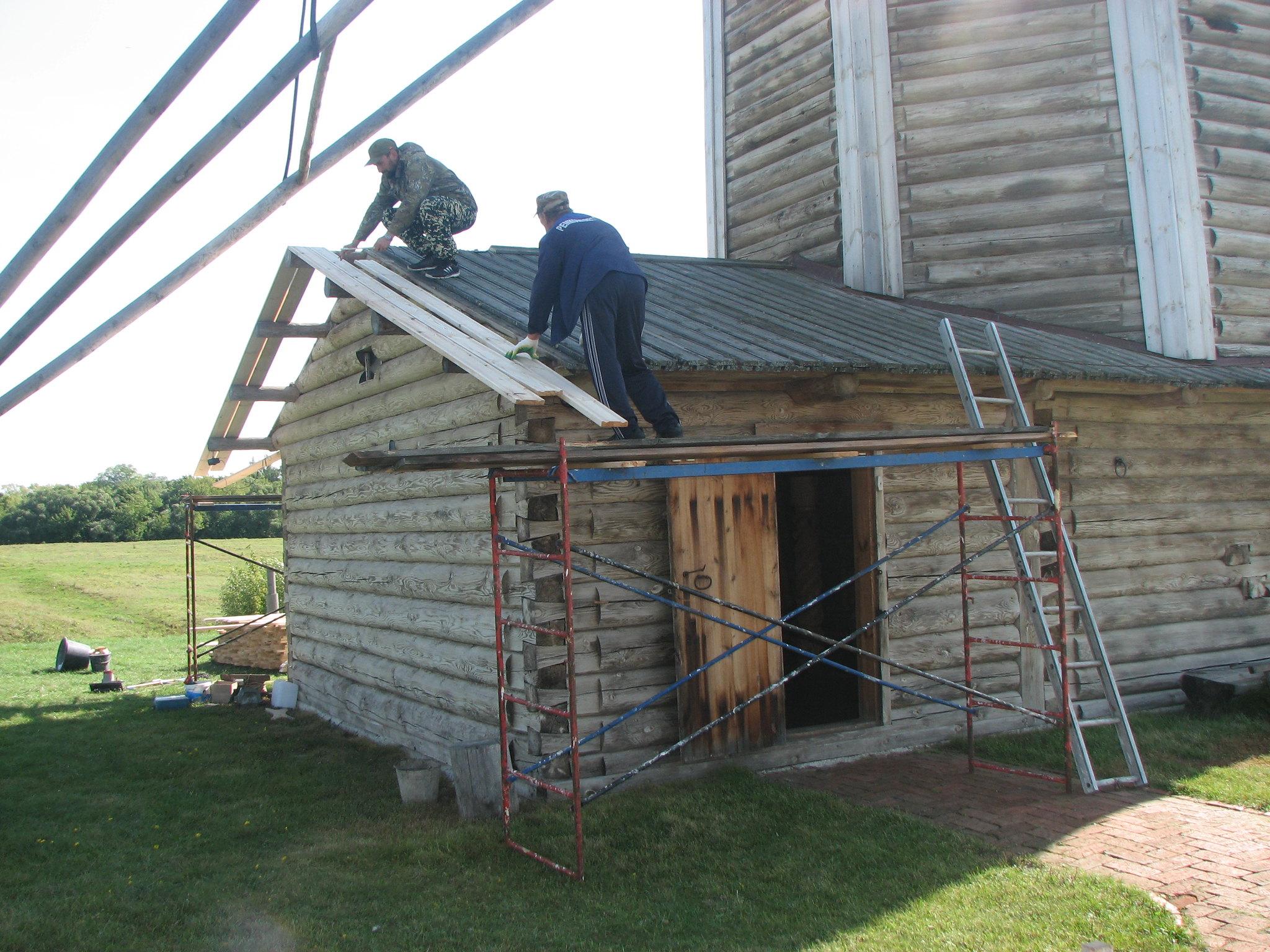 В музее-заповеднике «Тарханы» специалистами фирмы «Реставрация» выполнены реставрационные работы дощатой кровли пристроев и фасадов деревянной ветряной мельницы