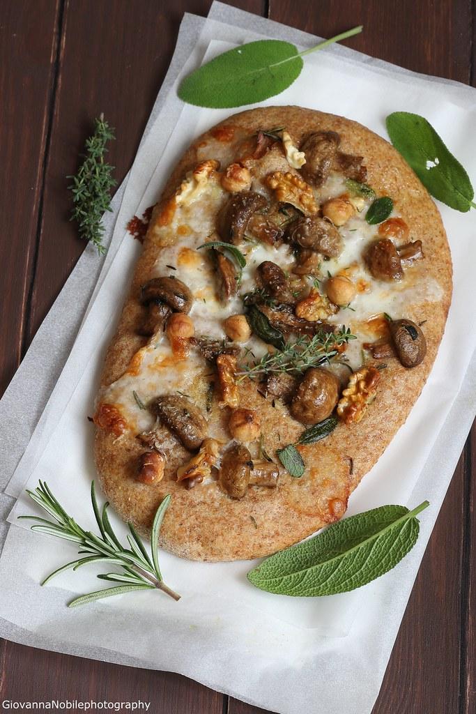 Pizza integrale con funghi e taleggio 3