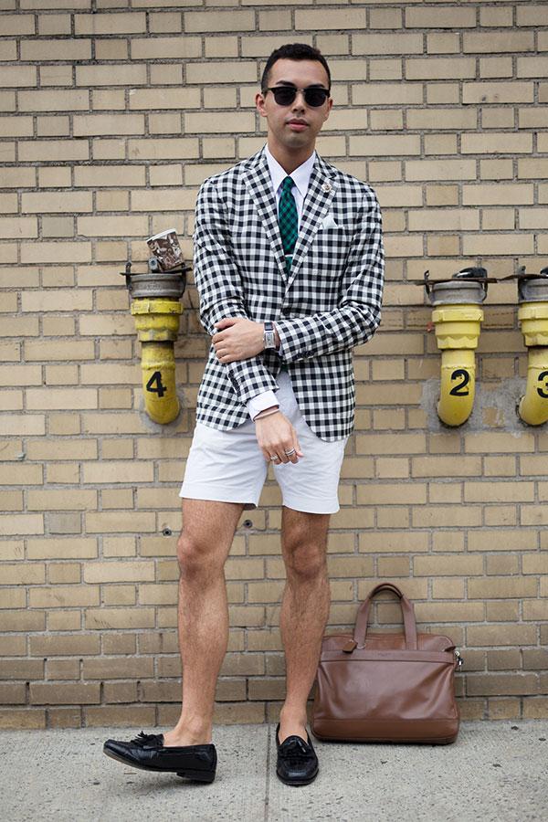 黒白ギンガムチェックジャケット×白シャツ×緑黒チェックネクタイ×白ショートパンツ×黒タッセルローファー