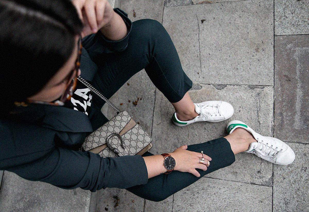 como-combinar-traje-verde-deportivas-stan-smith-adidas
