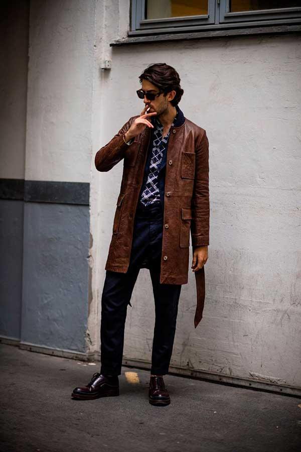 ブラウンレザーコート×ネイビー柄シャツ×ネイビーパンツ×ブラウンオックスフォードシューズ