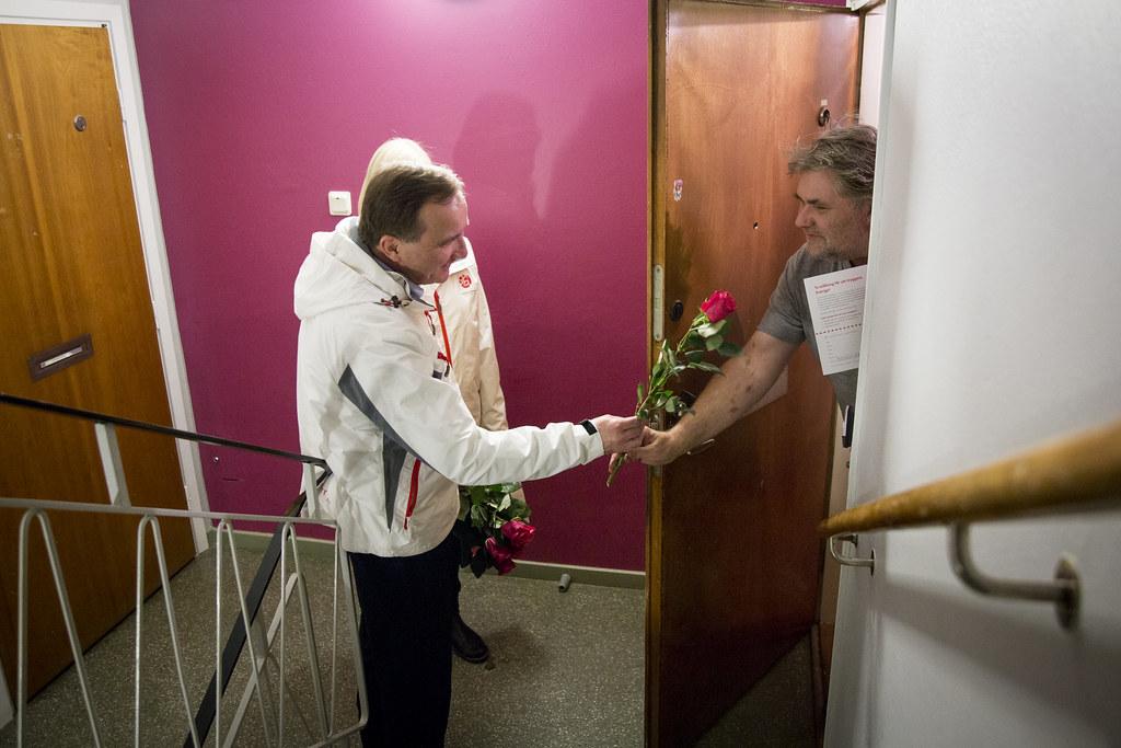 Stefan Löfvén knackar dörr i Huddinge