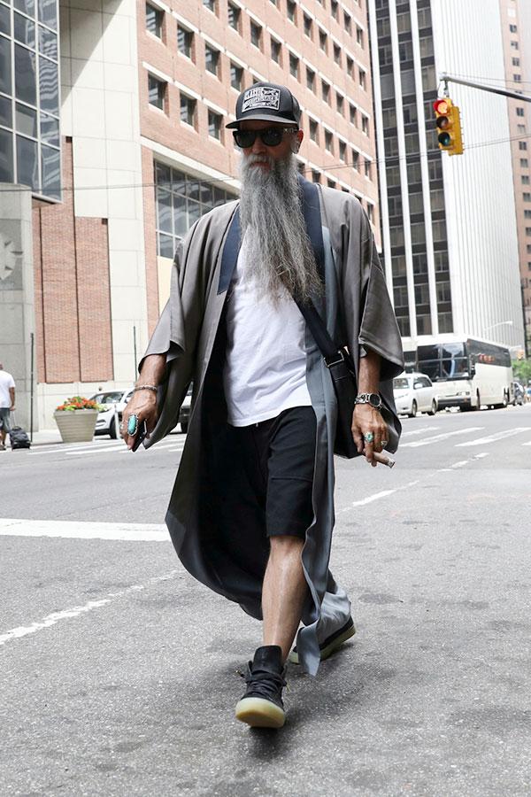 黒キャップ×グレーはんてんコート×白無地Tシャツ×黒ハーフパンツ×黒ハイカットスニーカー