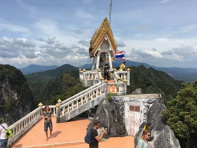 てっぺんにはたくさんの仏像や鐘、瞑想スペース(?)がある。