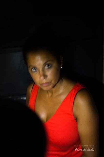 La mujer de mirada roja