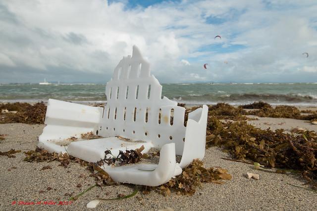 Plastic beach castle - Kaichu doro