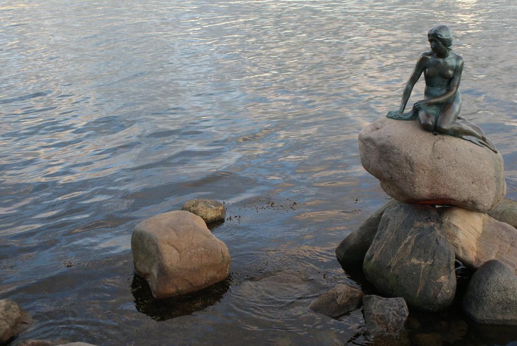 La solitude de la sirène sur son rocher a quelques chose d'émouvant que les cars de touristes venus pour la photo semble oublier.