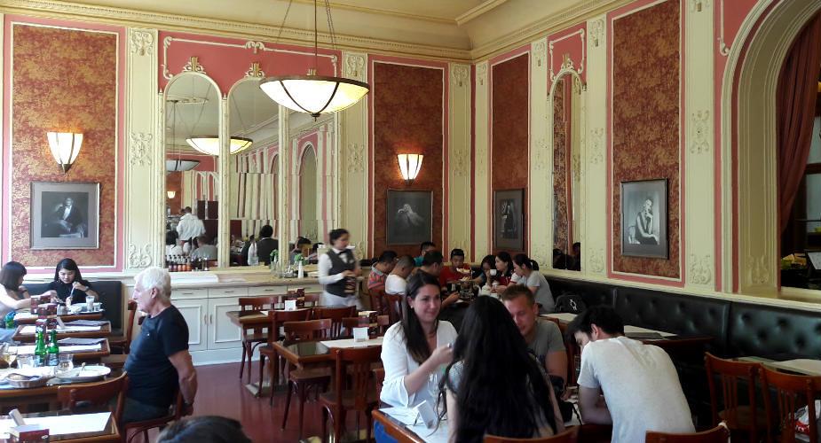 48 hours in Prague, breakfast in Prague: Café Louvre | Mooistestedentrips.nl