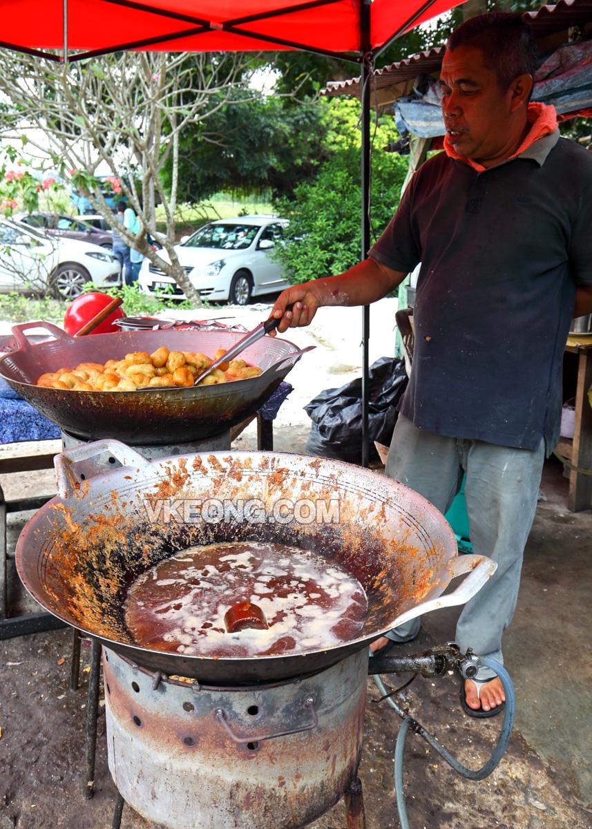 Frying-Kuih-Keria-Abang-Botek-Melaka