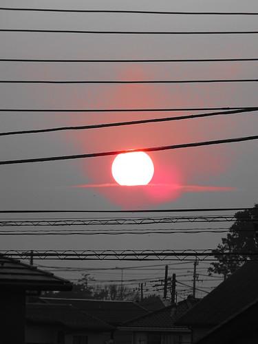 日本 japan sun 太陽 sunset 日没 cable powerline ケーブル roof house red cloud 屋根 家 赤 赤い 雲