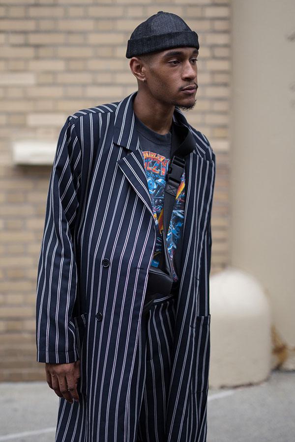 黒ワッチキャップ×ネイビーストライプダブルボタンコート×パンツセットアップ×黒ロックTシャツ