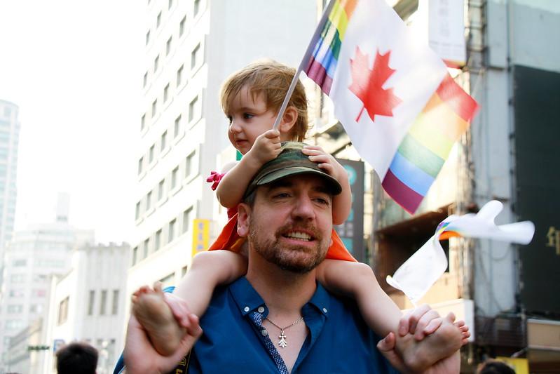 許多外國朋友攜家帶眷,這位父親輪流將自己的女兒背上肩,給孩子們看見不同視角。