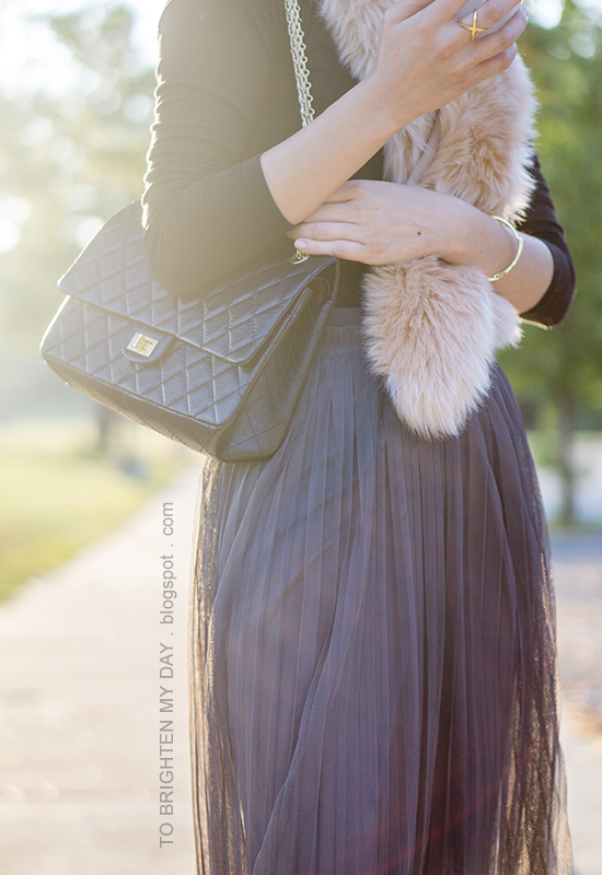 faux fur scarf, black long sleeved top, black shoulder bag, gold jewelry, dark gray tulle midi skirt