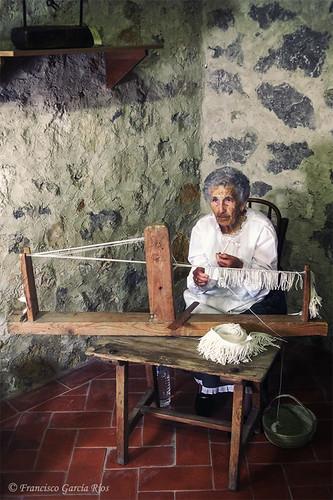 La tejedora. / The Weaver. (Rusticidades LXXIII)