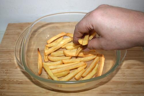 40 - Pommes in Auflaufform geben / Put fries in casserole