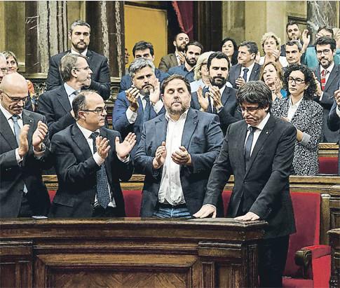 17j11 LV Los diputados de Junts pel Sí, con gesto grave, aplaudieron en solitario la intervención de Puigdemont en el Parlament Foto DAVID AIROB Uti 485