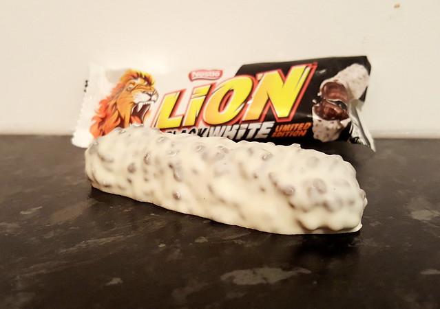 Lion Bar Black/White