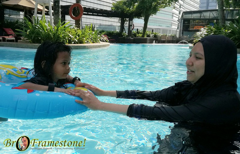 Panduan Ajar Anak Berenang di Hilton Hotel, Kuala Lumpur