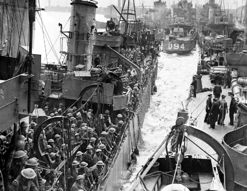 Destroyers filled with evacuated British troops berthing at Dover, 31 May 1940